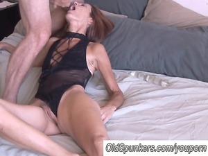 cougar amateur loves it anal