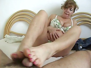 older slut make a footjob